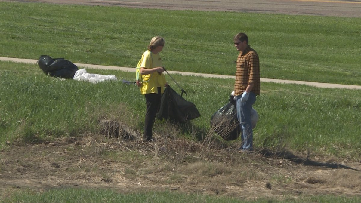 Volunteers clean up along Big Sioux River in previous event (file photo)
